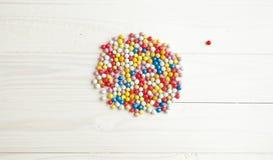Tir conceptuel de boule colorée à part du groupe de boules sur le petit morceau Photo stock