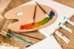 Tir conceptuel de désordre sur la table de fonctionnement au studio d'artiste Photo libre de droits