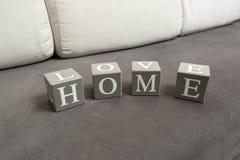 Tir conceptuel de la maison et de l'amour de mot écrits sur des briques de jouet Images stock