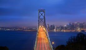 Tir crépusculaire de pont de baie Images libres de droits