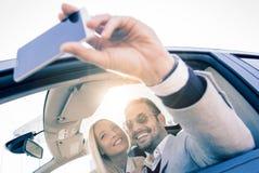 Tir cultivé d'un jeune couple affectueux prenant un selfie Images stock