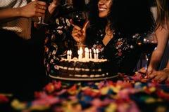 Tir cultivé d'une femme célébrant l'anniversaire photographie stock libre de droits