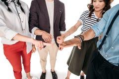 Tir cultivé de jeunes amis élégants jouant des roche-papier-ciseaux Images stock