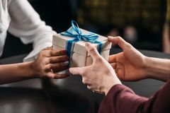 tir cultivé de l'homme donnant le cadeau d'anniversaire à l'amie Images stock