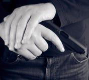 Tir cultivé de l'homme jugeant l'arme à feu disponible image libre de droits