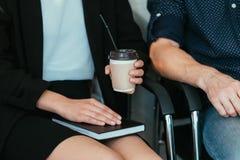 Tir cultivé de pause-café d'équipe d'affaires de repos photo libre de droits