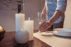 tir cultivé de table de portion de l'homme pour le dîner romantique Photo libre de droits