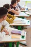 tir cultivé des étudiants de lycée s'asseyant dans la classe photographie stock libre de droits