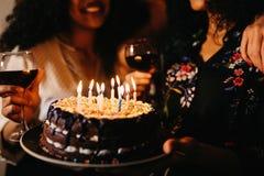 Tir cultivé des amis célébrant l'anniversaire Photo libre de droits
