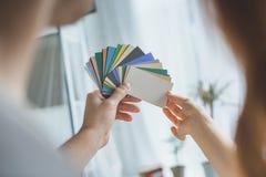 tir cultivé des couples choisissant la couleur tout en rénovant l'appartement images stock