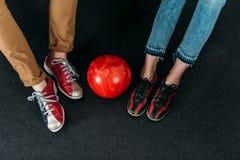 tir cultivé des couples dans des chaussures de bowling de location avec la boule Photo libre de droits