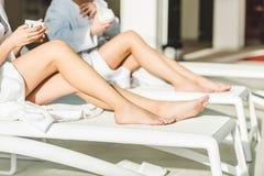 tir cultivé des femmes avec de belles jambes buvant du café au centre de station thermale tout en se reposant Photographie stock