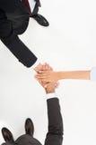 Tir cultivé des gens d'affaires jugeant des mains ensemble d'isolement sur le blanc Image stock
