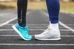 Tir cultivé des jambes masculines et femelles dans des chaussures de course près de Photos libres de droits