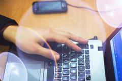 Tir cultivé du woman& x27 ; s remet l'introduction au clavier tandis que des amis de transmission de messages par l'intermédiaire Image libre de droits