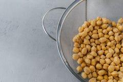 Tir cultivé par moitié de tamis complètement des pois chiches secs Source de prot?ine de Vegan Alimentation saine et concept végé images stock