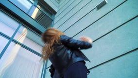 Tir d'angle faible de la belle danse blonde de femme pr?s du b?timent moderne dehors clips vidéos