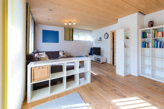 Tir d'intérieur de salon avec le plancher en bois photo libre de droits