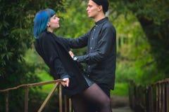 Tir d'un homme dangereux saisissant une femme bleue effrayée de cheveux images libres de droits