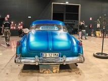 Tir d'une voiture de vintage exposée au marché est image stock