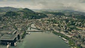 Tir de établissement aérien de luzerne et de la rivière Reuss switzerland banque de vidéos