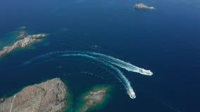 Tir de bourdon de deux yachts naviguant près du cap rocheux banque de vidéos