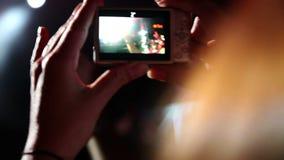 Tir de celui de spectateurs prenant la photo avec l'appareil photo numérique banque de vidéos