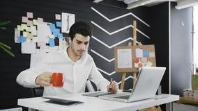 Tir de chariot de café potable et d'à l'aide de concepteur de la tablette graphique dans un bureau moderne clips vidéos