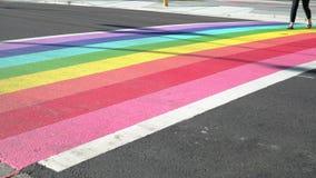 Tir de chariot de Pride Rainbow Crosswalk, Vancouver AVANT JÉSUS CHRIST 4K, UHD banque de vidéos