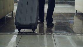 Tir de chariot des jambes de l'homme d'affaires marchant par le lobby d'hôtel tirant le bagage et l'arrêt à la réception Business clips vidéos
