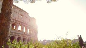 Tir de cheminement fantastique avec le cardan sur la façade du Colosseum un jour ensoleillé clips vidéos