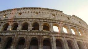Tir de cheminement fantastique avec le cardan sur la façade du Colosseum un jour ensoleillé banque de vidéos