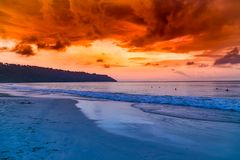 Tir de coucher du soleil de stupéfaction à l'île radhanagar Inde de havelock de plage photographie stock