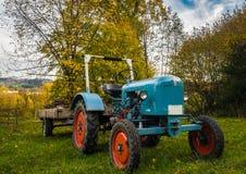 Tir de coucher du soleil de tracteur de bouledogue d'Oldtimer images libres de droits