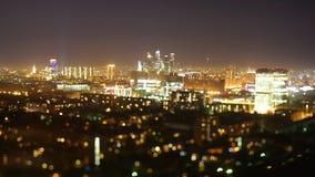 Tir de décalage d'inclinaison de laps de temps de clou de nuit dans la ville clips vidéos
