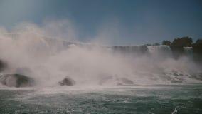 Tir de filtrage scénique de l'eau et de jet de précipitation épiques avec des oiseaux volant par à la cascade étonnante de chutes clips vidéos