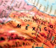 Tir de foyer de carte de frontière du Mexique macro sur le globe pour des blogs de voyage, le media social, des bannières de Web  Photographie stock libre de droits