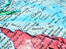 Tir de foyer de la Grande barrière de corail Coral Sea Australia macro sur la carte de globe pour des blogs de voyage, media soci photos libres de droits