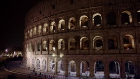 Tir de gauche à droite de casserole du trafic de nuit tout près le Colosseo à Rome Le Colosseum ?galement connu sous le nom de Fl banque de vidéos