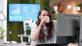 Tir de indication d'un bureau occupé avec des personnes travaillant dans lui banque de vidéos