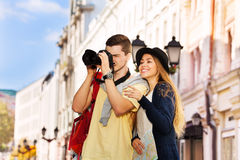 Tir de jeune homme avec l'appareil-photo et la fille près Photo libre de droits