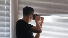 tir de l'espion 4K, des paparazzi ou du détective sur l'appareil-photo par les abat-jour de fenêtre clips vidéos
