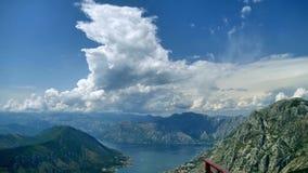 Tir de laps de temps dans 4K, le dessus de la montagne et nuages courus à travers le ciel clips vidéos
