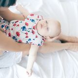 Tir de mère heureuse tenant son bébé Vacances d'été photos stock