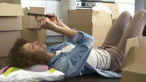 Tir de mouvement lent de femme avec la Tablette de Digital dans la nouvelle maison banque de vidéos