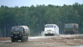 Tir de mouvement lent des camions militaires russes de Kamaz et d'Ural se déplaçant par des obstacles clips vidéos