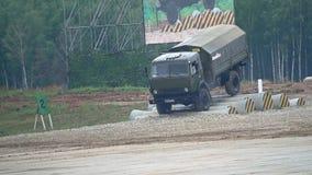 Tir de mouvement lent du camion militaire russe Kamaz se déplaçant par des obstacles artificiels banque de vidéos