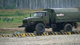 Tir de mouvement lent du camion militaire russe Ural se déplaçant par des obstacles banque de vidéos