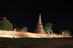 Tir de nuit de petit stupa inachevé dans les ruines des restes antiques au temple de Wat Mahathat photos libres de droits