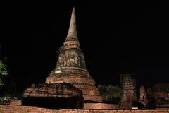 Tir de nuit de petit stupa inachevé dans les ruines des restes antiques au temple de Wat Mahathat photographie stock libre de droits